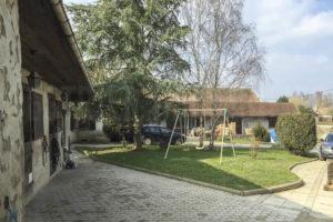 La cour de la ferme équestre à vendre dans l'Yonne