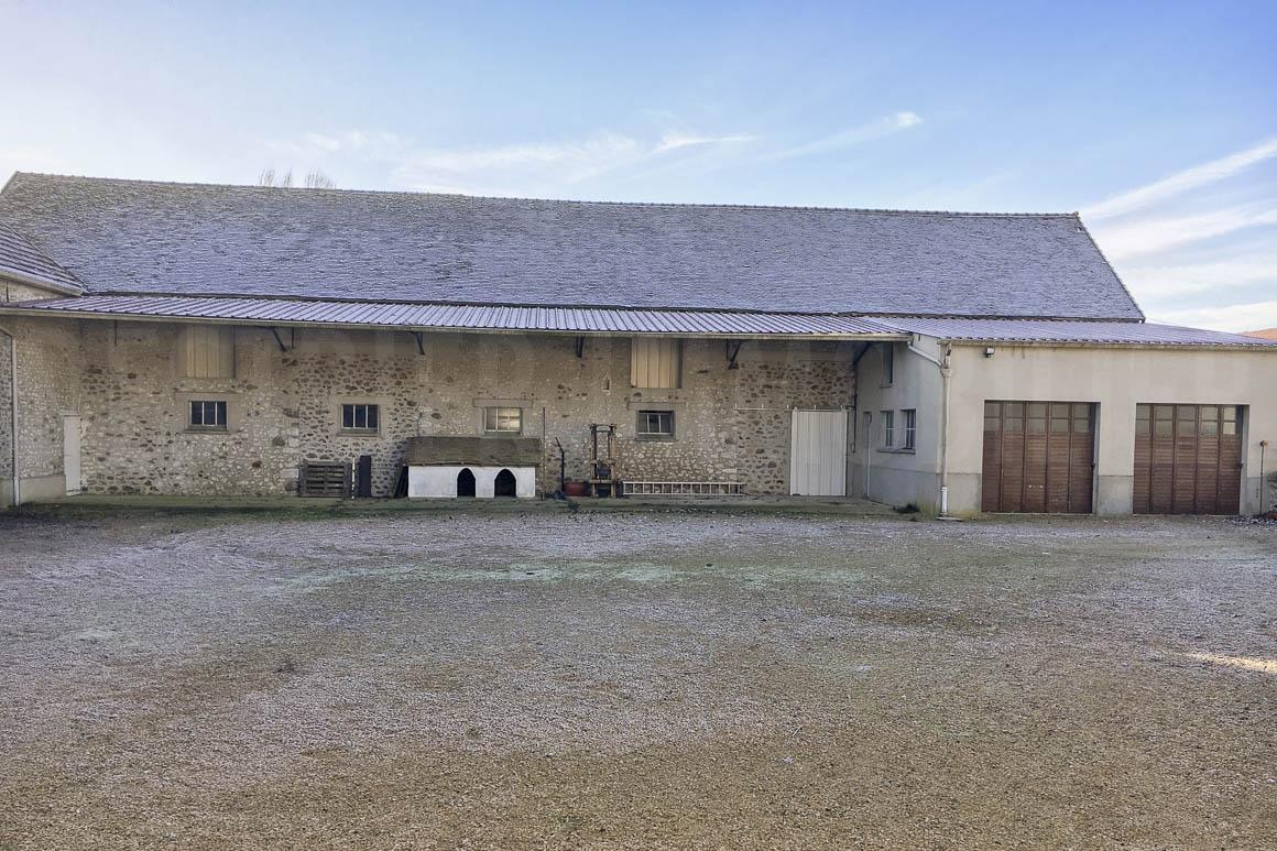 Corps de ferme et nombreuses d pendances destrier immobilier for Garage 4x4 seine et marne