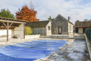 La piscine extérieure du corps de ferme à vendre