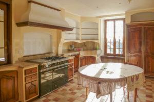 La cuisine et ses équipement de l'habitation du corps de ferme à vendre
