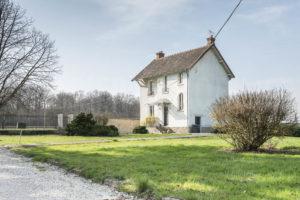 Terrain et maison de gardien du domaine à vendre