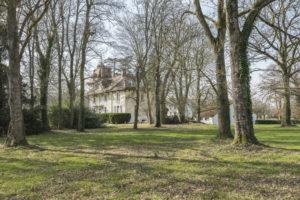 Partie boisée et la demeure du domaine à vendre