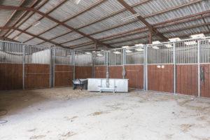 Boxes chevaux centre équestre à vendre