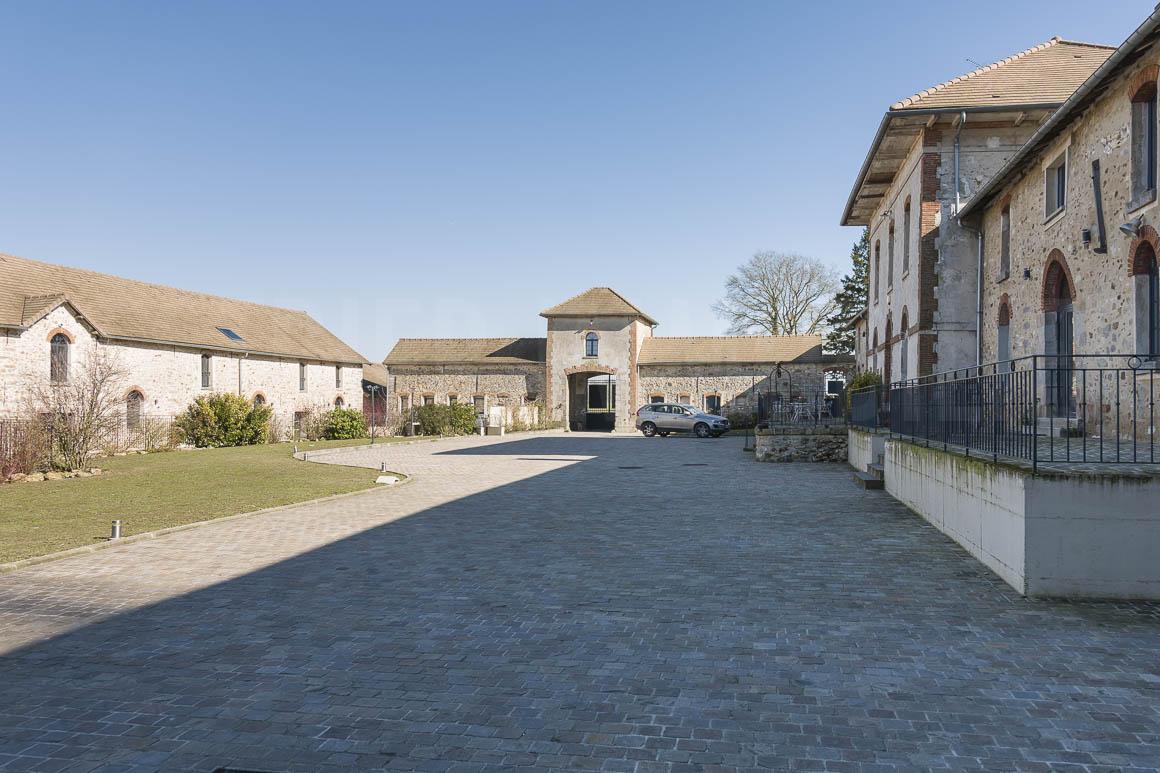 Cour et bâtiments du domaine à vendre