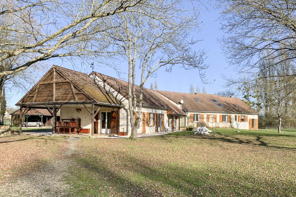 Spacieuse propriété équestre : deux habitations, 3,8 hectares, 25 boxes