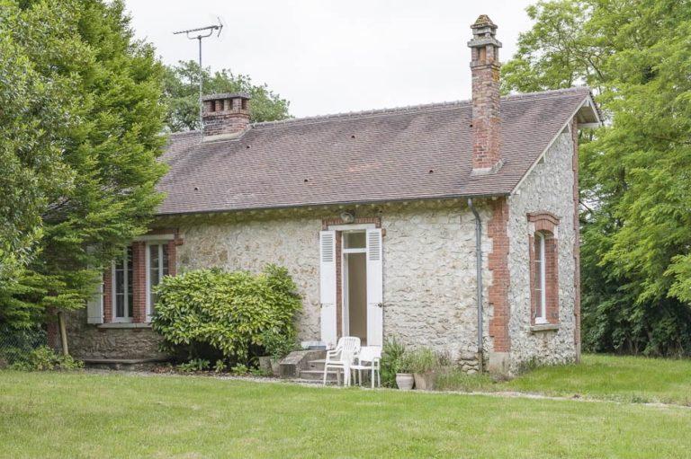 Agréable maison de plain-pied, façade pierres, jardin